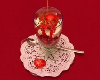 Sahne-Eis mit frischen Erdbeeren, Erdbeersoße und Sahne (Claudia Kohde-Kilsch) - Rezept