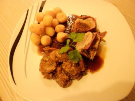 Schweinefilet im Speckmantel an Champignonrahm-Pfännchen und Pommes Noisettes - Rezept