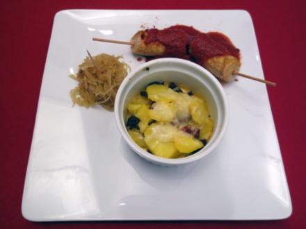 Berliner Currywurst, dazu geschichtete Kartoffeln - Rezept