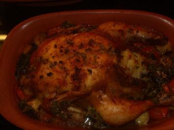 Huhn mit Reis gefüllt im Römertopf auf Gemüsebett - Rezept