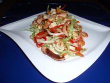 Bunter Salat mit gebratenen Würstchenstreifen und Käse - Rezept
