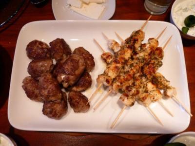Bifteki und Hähnchensouvlaki - Rezept