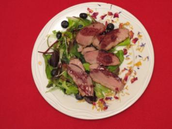 Entenbrust an pikantem Waldbrombeerdressing auf Blattsalaten - Rezept