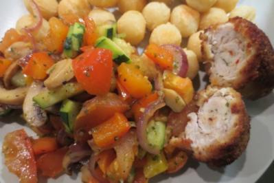 Gefüllte Hähnchenschnitzel mit schneller Gemüsepfanne und Kroketten - Rezept