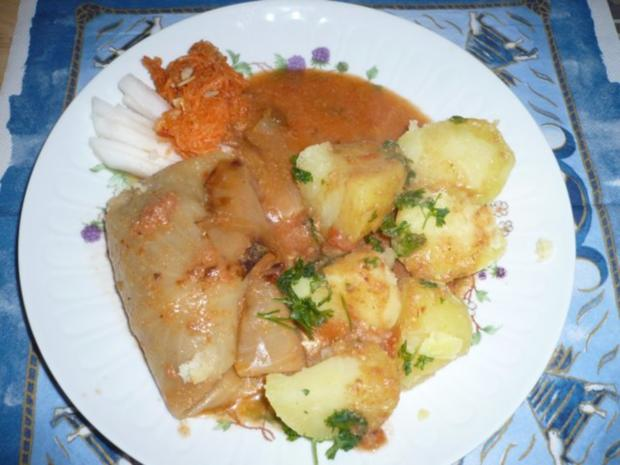vegane Kohlroulade mit Petersilienkartoffeln und frischem Salat als Garnitur - Rezept