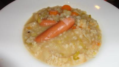 Rezept: Erfrischende Gerstensuppe mit Knackerli