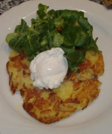 Kartoffel-Zwiebel-Rösti mit pochiertem Ei und Feldsalat - Rezept