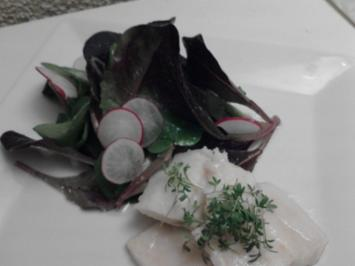 Rezept: In Olivenöl pochierter Hecht an rotem Feldsalat