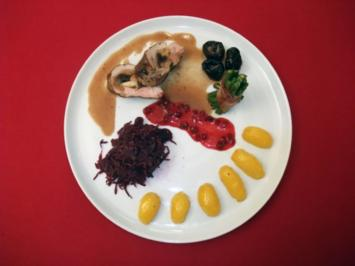 Gefüllte Mørba mit Backpflaumen, Karamellkartoffeln, Bohnen, Preiselbeeren und Rotkohl - Rezept