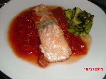 Lachsfilet mit Tomaten-Paprika-Sauce und Zucchini-Nest - Rezept