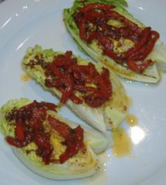 Salatherzen mit heisser Knoblauch-Sardellen-Paprika-Vinaigrette - Rezept