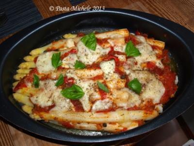Spargel auf italienische Art mit Tomaten und Mozzarella überbacken - Rezept
