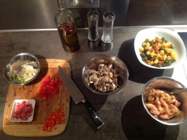 Pasta Tricolore mit Curry-Orangen-Weißwein Hühnchen - Rezept - Bild Nr. 2
