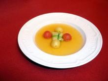 Tomatenessenz mit Hahn im Spitzkohlblatt - Rezept