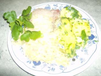 Zwiebel Speck Sauerkraut mit Kasseler und Petersilienkartoffeln - Rezept