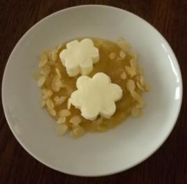 Joghurt-Blümchen mit Apfelkompott - Rezept