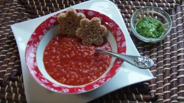 Tomatensuppe mit Graupen und Basilikum Pesto - Rezept