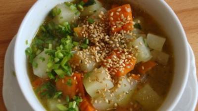 Kohlrabi-Möhren Süppchen mit geröstetem Sesam - Rezept