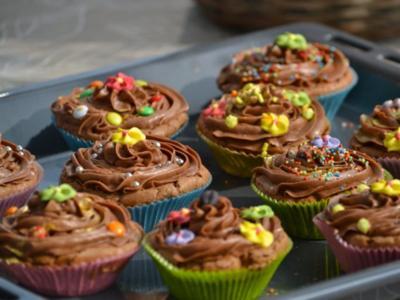 Schokoladen Cupcakes mit Schoko-Topping - Rezept