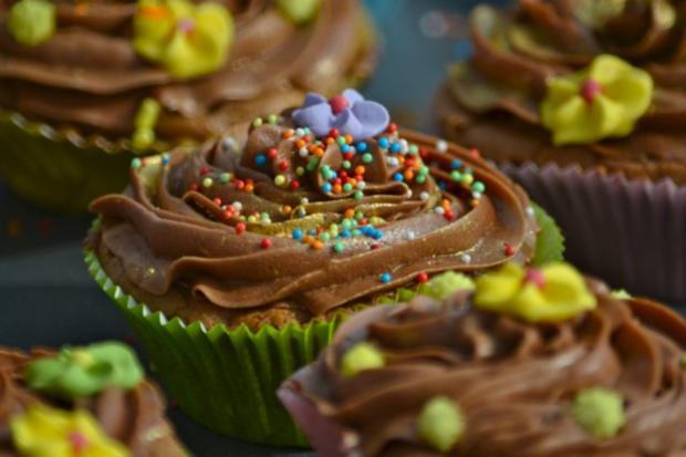 schokoladen cupcakes mit schoko topping rezept. Black Bedroom Furniture Sets. Home Design Ideas
