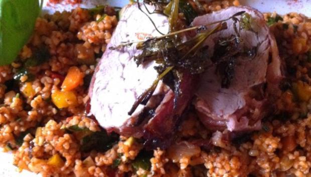 Schweinefilet im Speckmantel auf Gemüse-Bulgur - Rezept