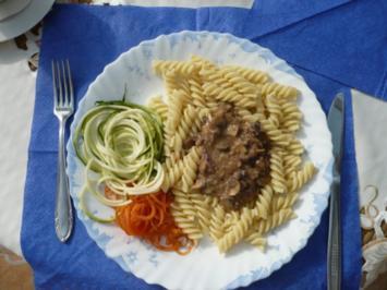 Pasta mit Pilzoße und Zucchini - Rezept