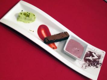Schokoladentarte und Pistazieneis auf Orangen-Cranberry-Soße und Glühweinschaum - Rezept