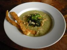 Broccoli-Kartoffelsuppe mit Mandelblättchen und Knusperstangen - Rezept