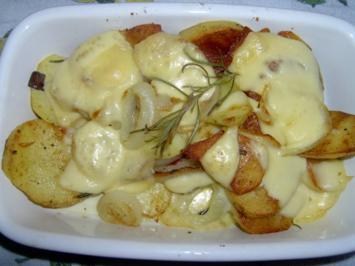 Überbackene Ofengrillkartoffeln mit Zwiebeln und Käse - Rezept