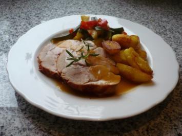 Rezept: Tacchina arrosto mit Rosmarinkartoffeln und Zucchinispalten