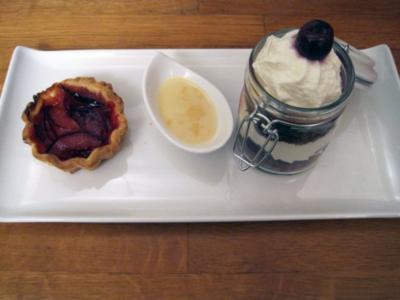 Schwarzwälder Kirschtorte im Glas, dazu Pflaumen-Tartlets mit karamellisierter Ingwersahne - Rezept
