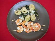 Dattel-Ricotta-Tortellini auf Blattspinat mit Garnelenspießen - Rezept