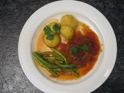 Lammbraten mit Tomaten und Zwiebeln, dazu Kartoffeln und Bohnen - Rezept