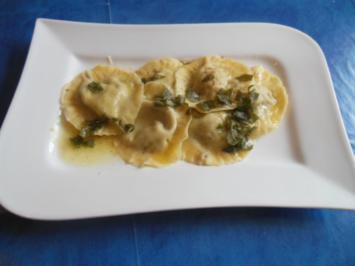 Kochen: Ravioli mit Hähnchen-Pilz-Füllung und Salbeibutter - Rezept