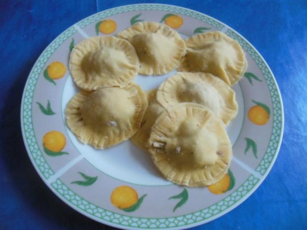 Kochen: Ravioli mit Hähnchen-Pilz-Füllung und Salbeibutter - Rezept - Bild Nr. 3