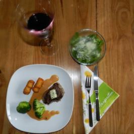 Rezept: Rinderfilet mit Kroketten und Gemüse auf Pfefferrahmsoße