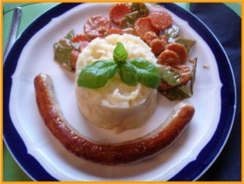 Fränkische Bratwurst mit Sellerie-Kartoffelstampf und Zuckerschoten-Möhrenblütengemüse - Rezept