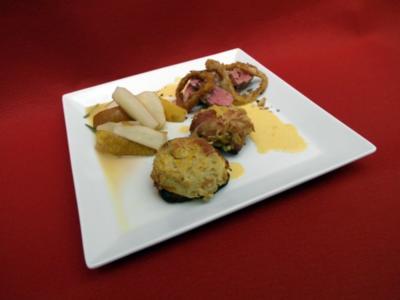 Iberico-Filet mit Hagebuttensoße, Rosmarin-Birnen und Rösti-Muffins - Rezept