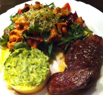 Steak mit Kartoffel - Zuchini - Stampf an Ruccola-Pfifferlingssalat - Rezept