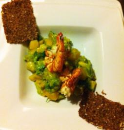 Garnelen auf Avocado-Mangosalat mit geröstetem Schwarzbrot - Rezept