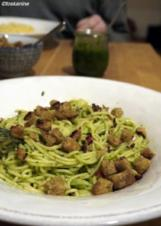Spaghetti mit Thymian-Mandel-Pesto und Chilibröseln - Rezept