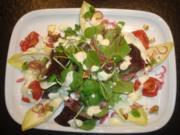 Salat mit marinierten Zwiebeln und Käse - Rezept