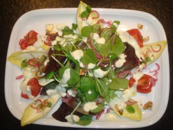 Rezept: Salat mit marinierten Zwiebeln und Käse