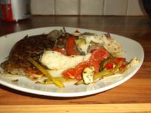 Kabeljaufilet mit Zwiebelgemüse und Paprika im Ofen gegart - Rezept