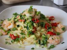 Scharfe Pasta mit Garnelen, Zucchini und Frühlingszwiebeln - Rezept