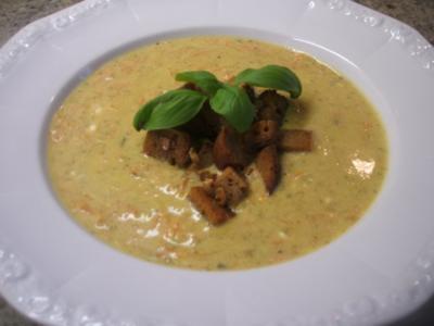 Suppen: Zucchinisuppe mit Karotten und Zwiebelcroutons - Rezept