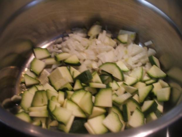 Suppen: Zucchinisuppe mit Karotten und Zwiebelcroutons - Rezept - Bild Nr. 3