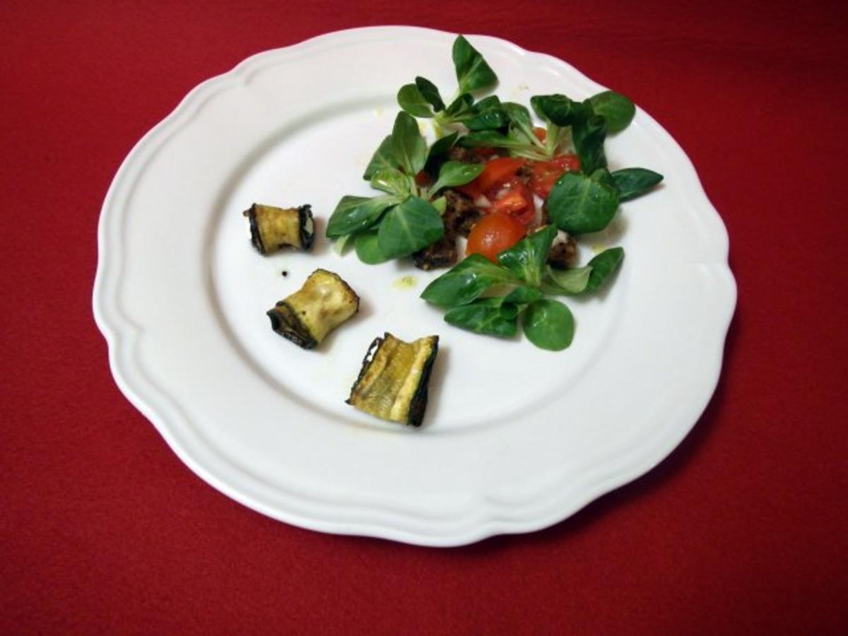 In Zucchini eingewickelter Ziegenkäse auf Tomaten- Schwarzbrot-Salat - Rezept von Das perfekte Dinner