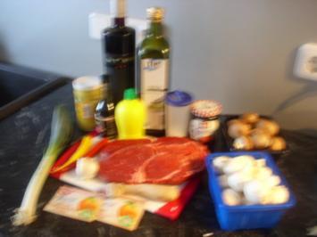 Feurige Rib-Eye-Steaks mit Johannesbeergeleesauce und Pilzgemüse - Rezept