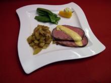 Roastbeef mit Rosmarin-Pfeffer-Kruste und mediterranen Kartoffelspalten - Rezept